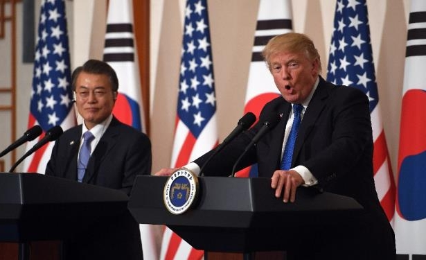 US President Donald Trump (L) and South Korean President Moon Jae-In (R) at their joint press conference