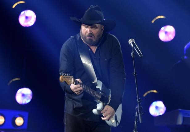 Garth Brooks performs
