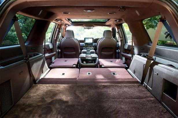 Slide 17 of 84: 2018-Lincoln-Navigator-Extended-Length-interior-overview-02.jpg