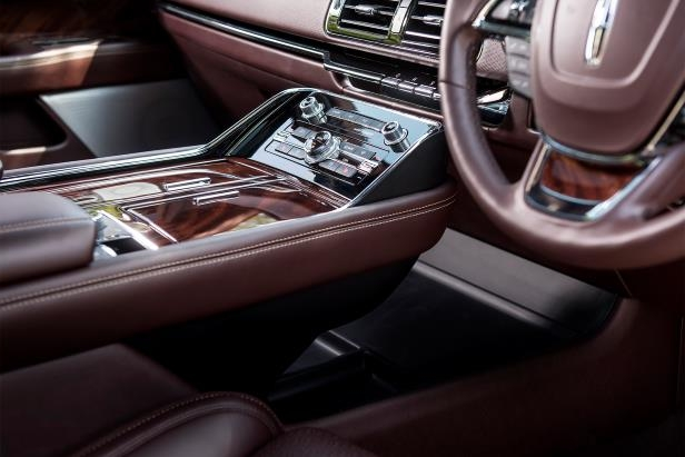 Slide 21 of 84: 2018-Lincoln-Navigator-Extended-Length-center-console-01.jpg