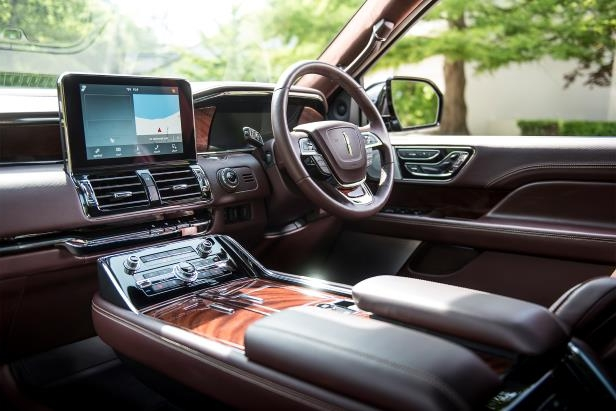Slide 23 of 84: 2018-Lincoln-Navigator-Extended-Length-dashboard-01.jpg