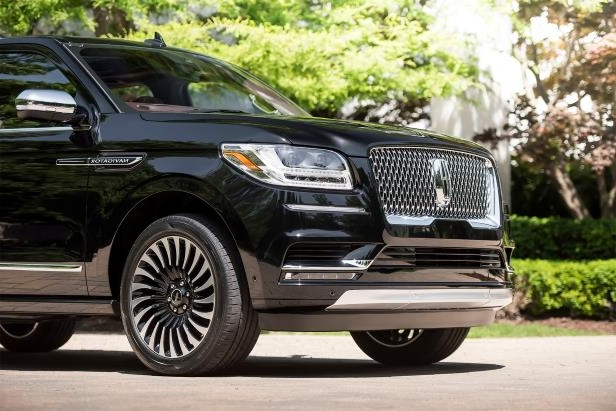 Slide 3 of 84: 2018-Lincoln-Navigator-Extended-Length-nose.jpg
