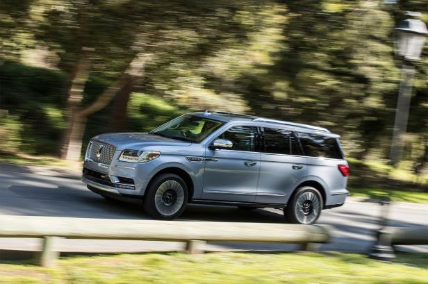 Slide 37 of 84: 2018-Lincoln-Navigator-side-in-motion.jpg