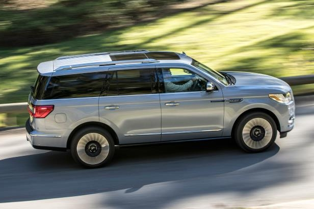 Slide 38 of 84: 2018-Lincoln-Navigator-side-in-motion-02.jpg