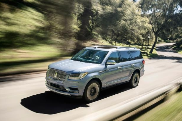 Slide 39 of 84: 2018-Lincoln-Navigator-front-three-quarter-in-motion.jpg
