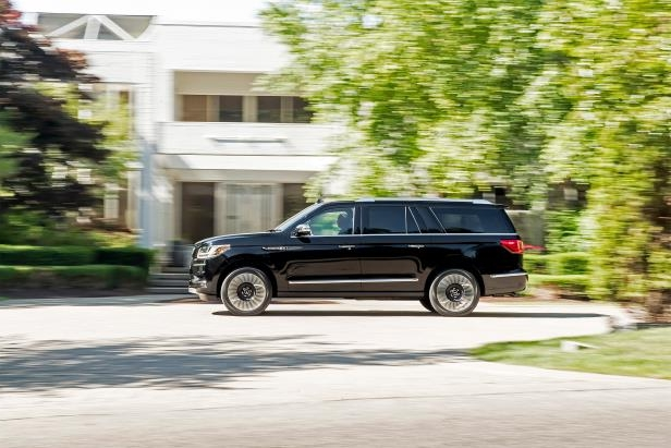 Slide 5 of 84: 2018-Lincoln-Navigator-Extended-Length-side-profile-in-motion-02.jpg