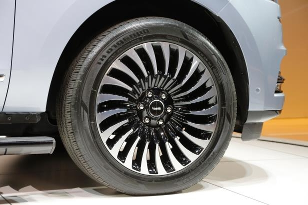 Slide 57 of 84: 2018-Lincoln-Navigator-wheels.jpg
