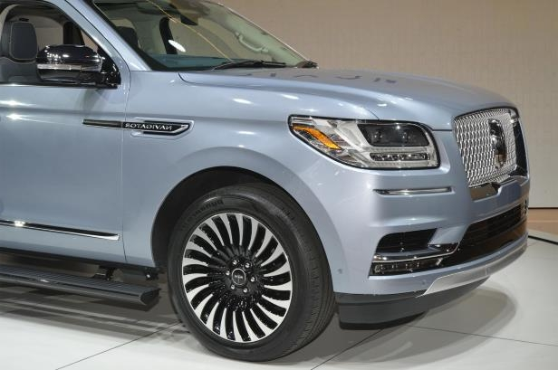 Slide 58 of 84: 2018-Lincoln-Navigator-front-end-01.jpg