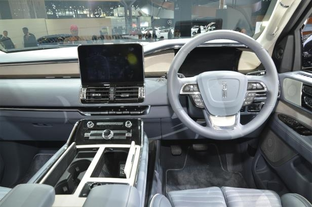 Slide 60 of 84: 2018-Lincoln-Navigator-cabin-01.jpg
