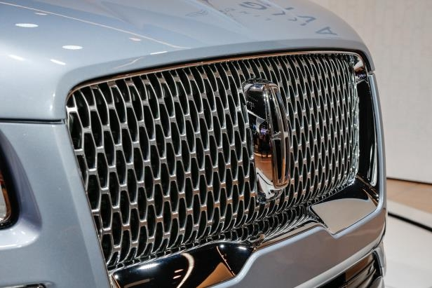 Slide 75 of 84: 2018-Lincoln-Navigator-grille.jpg