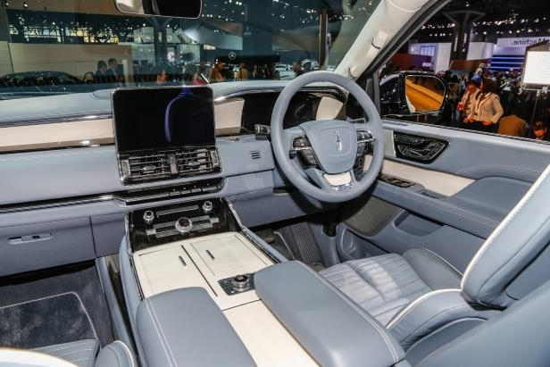 Slide 77 of 84: 2018-Lincoln-Navigator-front-interior.jpg