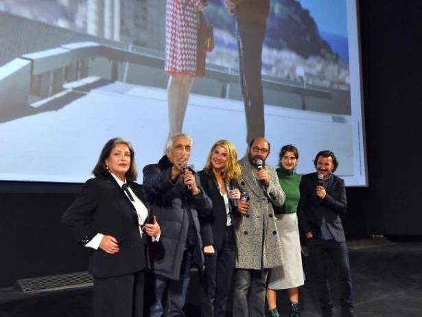 Diapositive 18 sur 35: Exclusif - Michaël Youn, Oriane Deschamps (la fille de M. Laroque), Françoise Fabian, Gérard Darmon, Michèle Laroque et Kad Merad - Présentation du film de M. Laroque