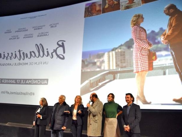 Diapositive 30 sur 35: Exclusif - Michaël Youn, Oriane Deschamps (la fille de M. Laroque), Françoise Fabian, Gérard Darmon, Michèle Laroque et Kad Merad - Présentation du film de M. Laroque