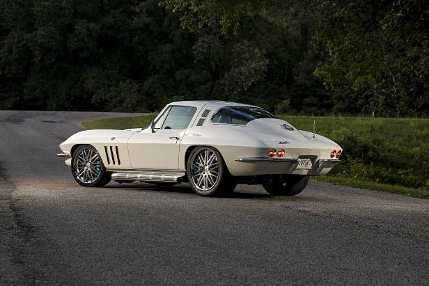 Slide 33 of 44: 08-1965-chevrolet-corvette-coupe-sting-ray-collier.jpg