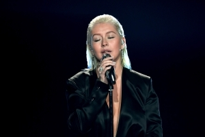 Christina Aguilera Performs Stirring Tribute to Whitney Houston at AMAs