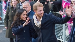 Prince Harry, Meghan Markle et al. are posing for a picture: Duke and Duchess Will Host Harry and Meghan Over Christmas