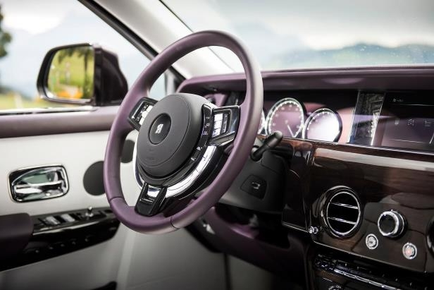 Slide 22 of 77: 2018-Rolls-Royce-Phantom-VIII-Extended-Wheelbase-steering-wheel-02.jpg