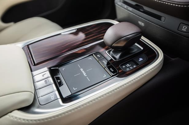Slide 23 of 146: 2018-Lexus-LS-500-AWD-center-console.jpg