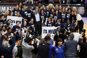 Geno Auriemma notches 1,000th win as UConn defeats Oklahoma, 88-64