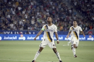 English defender Ashley Cole staying with LA Galaxy