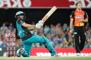 Big Bash: Brisbane Heat hand Perth Scorchers their first loss, with 49-run win at the Gabba
