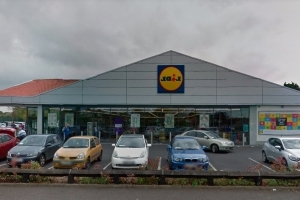 Supermarket staff 'shaken' and on leave following armed robbery