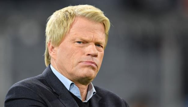 Oliver Kahn wearing a suit and tie: Bayern Muenchen v Celtic FC - UEFA Champions League