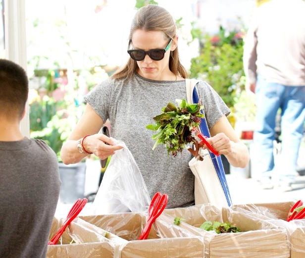 Slide 38 of 102: <p> While out with daughter Violet, 11, Jennifer Garner stopped by the local farmers market for some arugula in Brentwood, CA, September 24.</p>