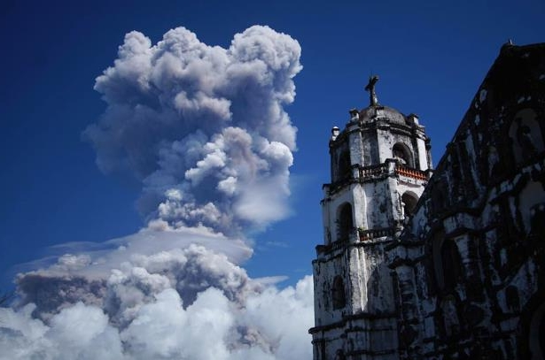 A huge column of ash shoots up to the sky during the eruption of Mayon volcano Monday, Jan. 22, 2018 as seen from Daraga township, Legazpi city, Albay province, around 340 kilometers (200 miles) southeast of Manila, Philippines. The Philippines' most active volcano erupted Monday prompting the Philippine Institute of Volcanology and Seismology to raise the Alert level to 4 from last week's alert level 3. (AP Photo/Dan Amaranto)