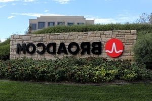 Broadcom Raises Qualcomm Hostile Bid to About $121 Billion