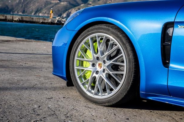 Slide 79 of 93: 2018-Porsche-Panamera-4-E-Hybrid-wheel-02.jpg