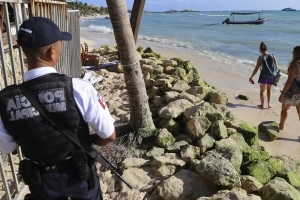 U.S. warning over Mexican resort town draws mixed reaction