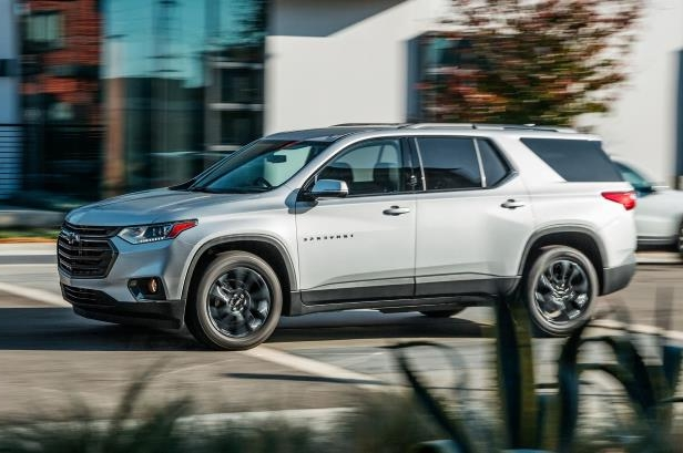 Slide 20 of 52: 2018-Chevrolet-Traverse-RS-front-side-in-motion.jpg
