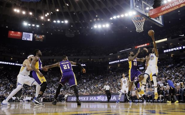 Kevin Durant (35) shoots a layup during the first half as the Golden State Warriors played Los Angeles Lakers at Oracle Arena in Oakland, Calif., on Wednesday, April 12, 2017.