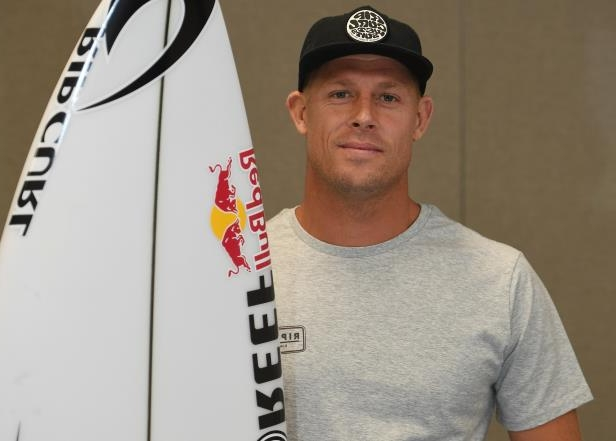 Three-time surfing world champion Mick Fanning has been eliminated in the fourth round of the Quiksilver Pro at Snapper Rocks.