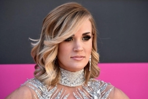 Carrie Underwood shows full face for first time since accident