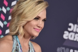 Carrie Underwood Shares First Selfie of Her Full Face Since Injury