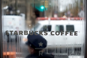 Starbucks CEO wants to meet black men arrested in cafe, apologize
