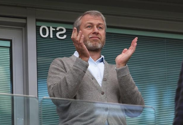Roman Abramovich standing in front of a building: Paul Gilham/Getty Images Sport