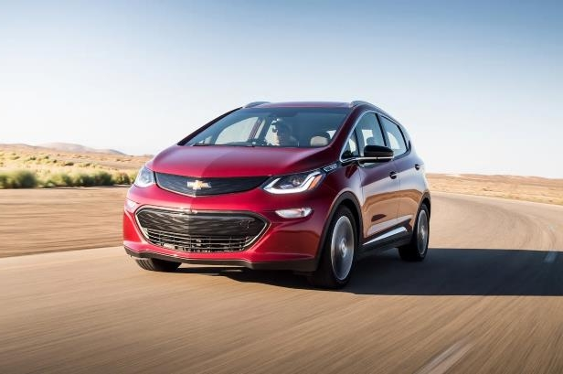 2017 Chevrolet Bolt EV Premier front three quarter in motion 01