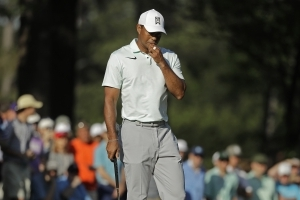 Tiger's only birdie keeps him around Quail Hollow