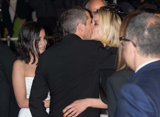 Diapositive 9 sur 11: Cannes - Marion Cotillard And Guillaume Canet Kiss Each Other