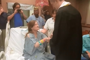 Son fulfills mom's dying wish by bringing high school graduation to hospital