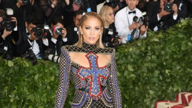 a group of people posing for the camera: Jennifer Lopez: Tochter, hol' dir Respekt