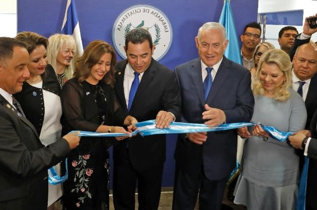 (L to R) Sara Netanyahu and her husband Israeli Prime Minister Benjamin applaud as Guatemalan President Jimmy Morales and his wife Hilda Patricia Marroquin open the Guatemalan embassy in Jerusalem on May 16, 2018