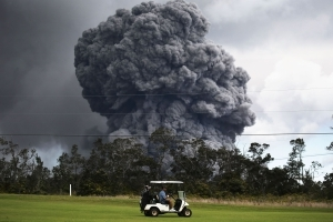 See stunning photos of group golfing in front of erupting Kilauea volcano