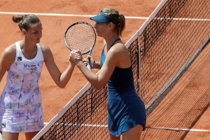 Williams overwhelms Goerges at French Open; Sharapova next