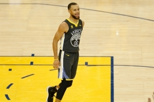 Game 2 features full Stephen Curry experience, a show unlike any other