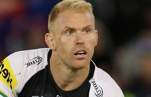 Penrith captain Peter Wallace has retired from rugby league with immediate effect, after battling chronic knee injuries in recent years.