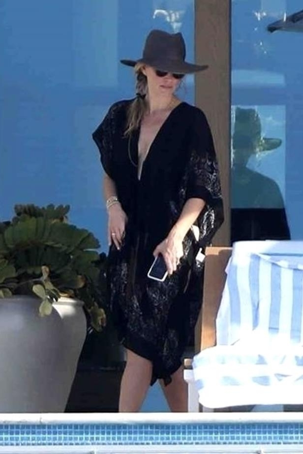 Slide 49 of 67: Molly Sims sat poolside with her girlfriends while vacationing in Cabo San Lucas, Mexico, on Jan. 17.